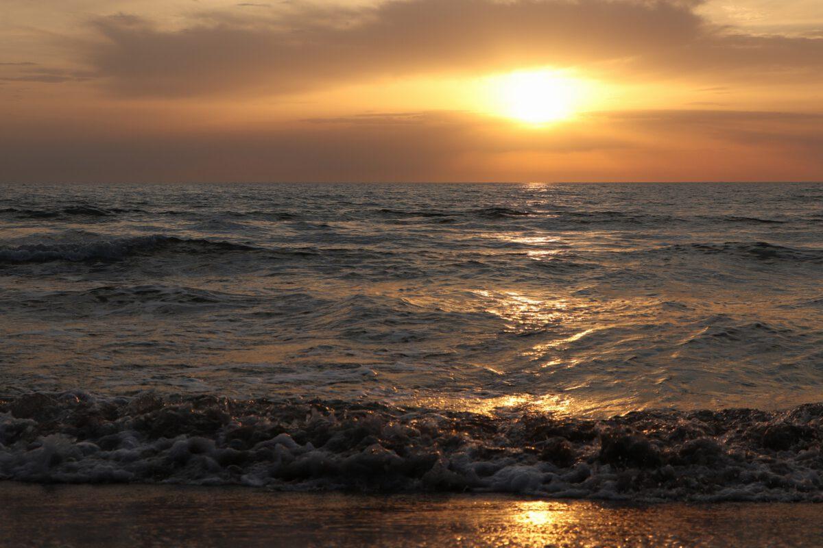 Sonnenuntergang am Strand von San Vincenzo in der Toskana