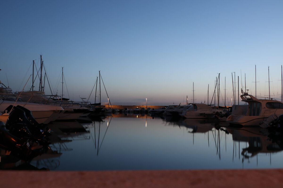 Der Hafen von San Vincenzo in der Toskana zur Blauen Stunde