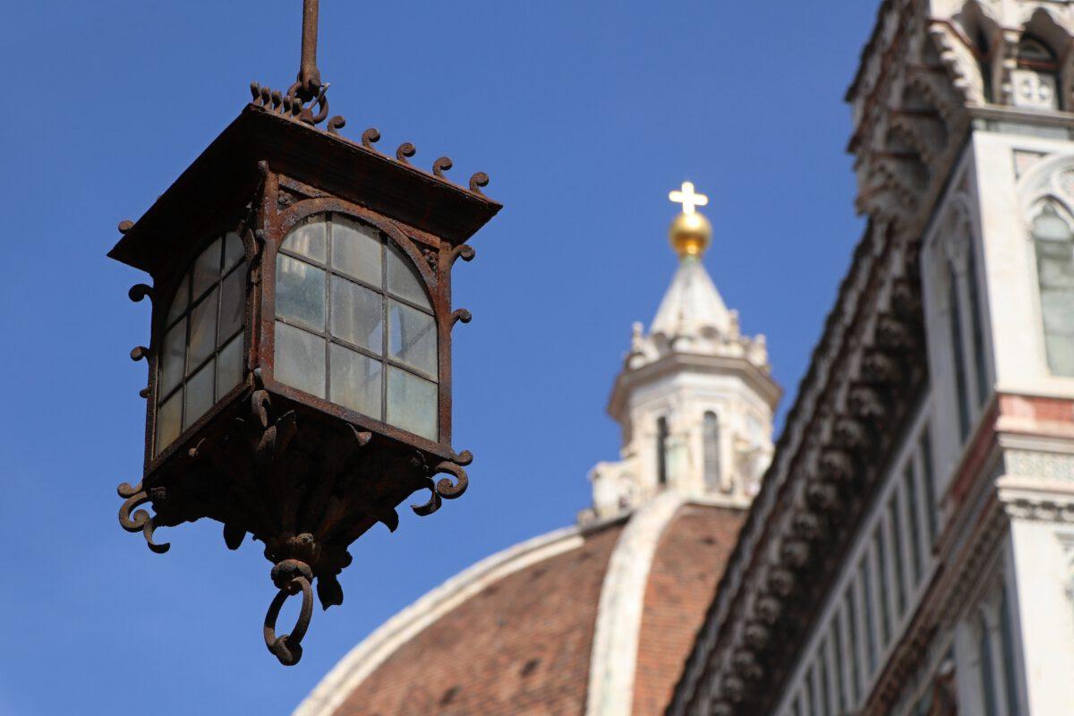 Laterne vor dem Dom von Florenz in der Toskana