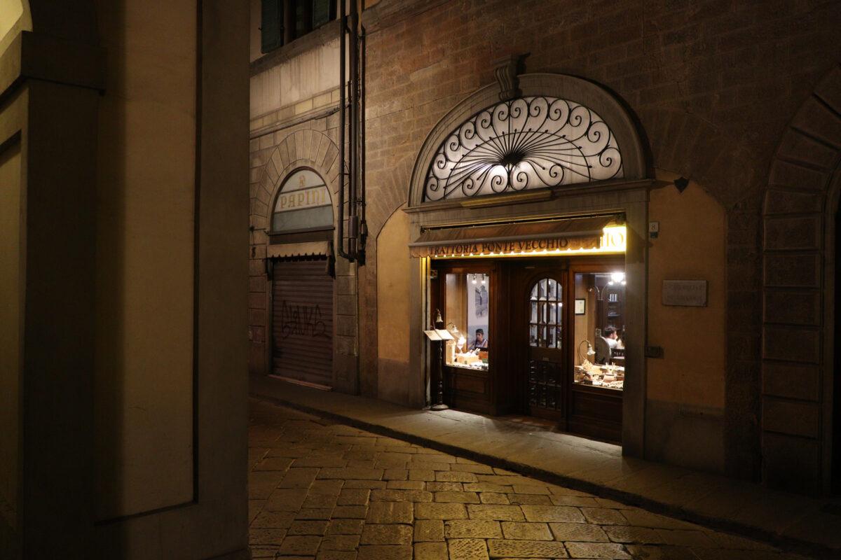 Gasse in der Altstadt von Florenz in der Toskana am Abend