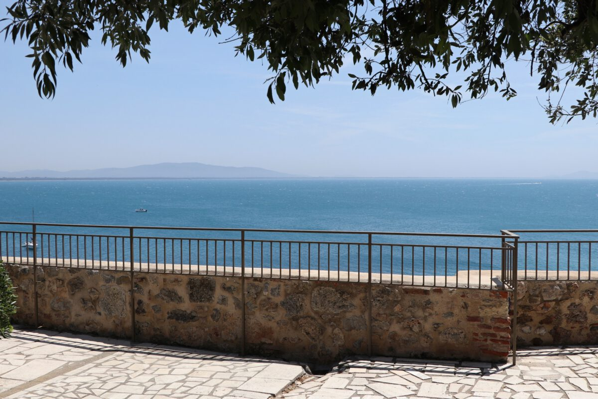 Blick auf das Meer in Talamone in der Toskana