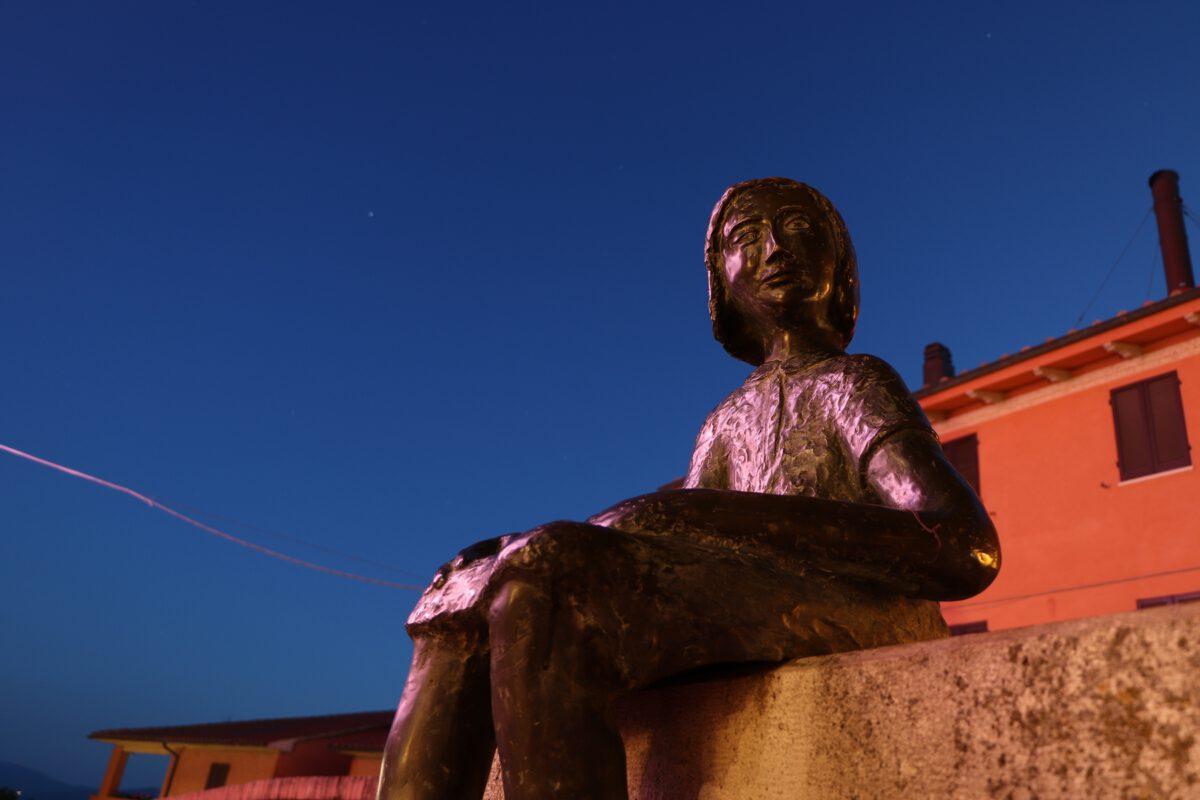 Statue in Casole d'Elsa in der Toskana zur Blauen Stunde