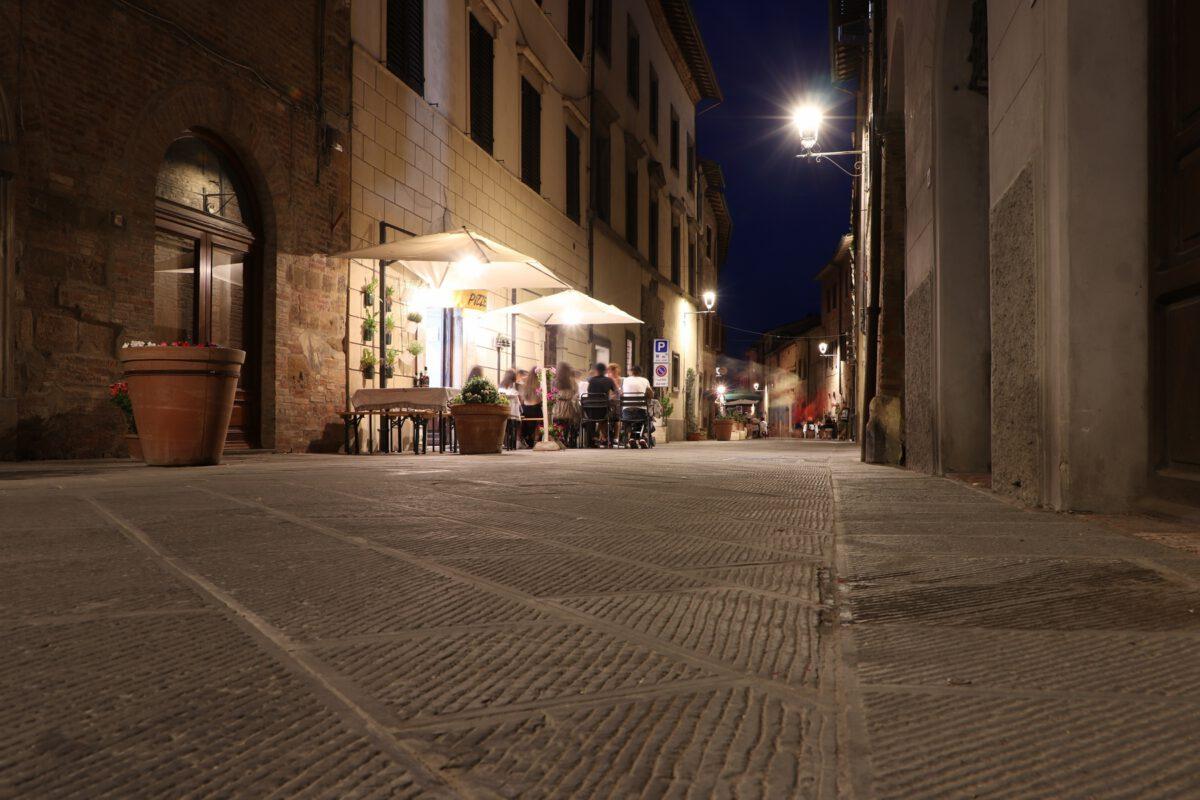 Gasse in der Altstadt von Casole d'Elsa in der Toskana zur Blauen Stunde
