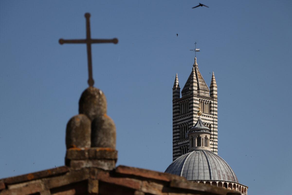 Der Dom von Siena mit Kreuz in der Toskana