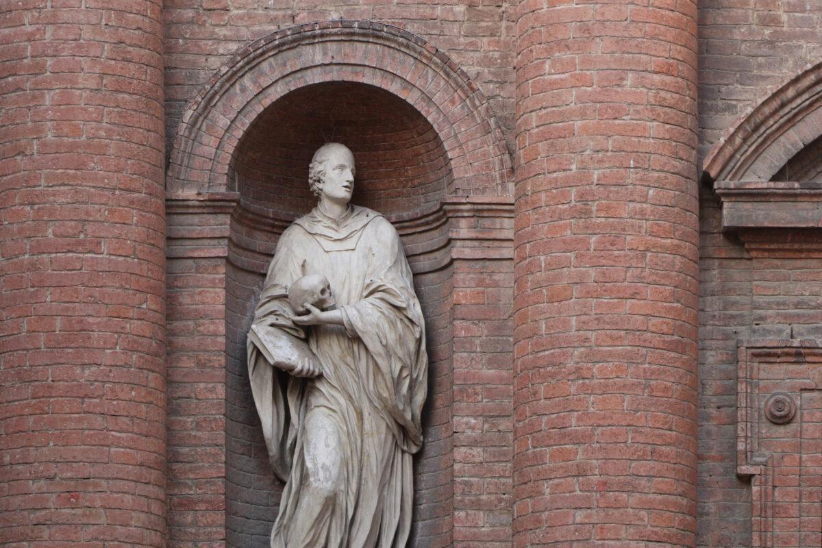 Statue an einer Fassade in der Altstadt von Siena in der Toskana