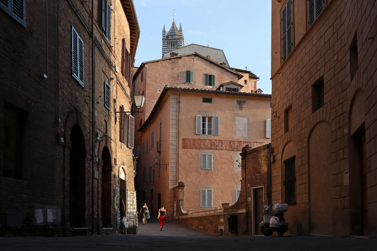 Gasse in der Altstadt von Siena mit Blick auf den Dom in der Toskana