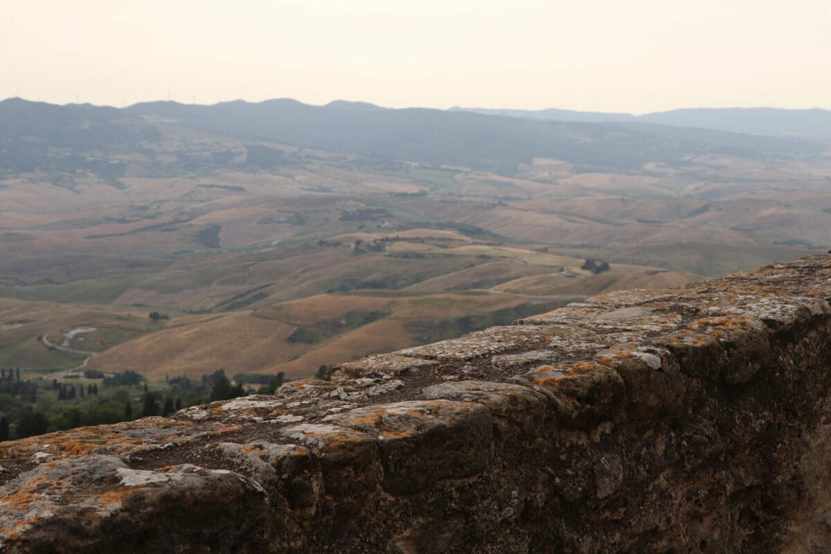 Ausblick auf die Landschaft in Volterra in der Toskana