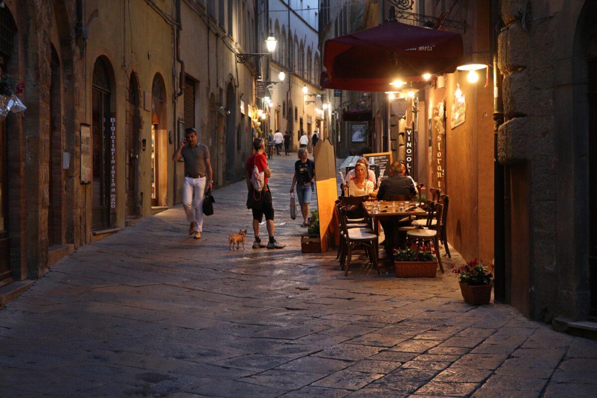 Gasse in der Altstadt von Volterra in der Toskana am Abend