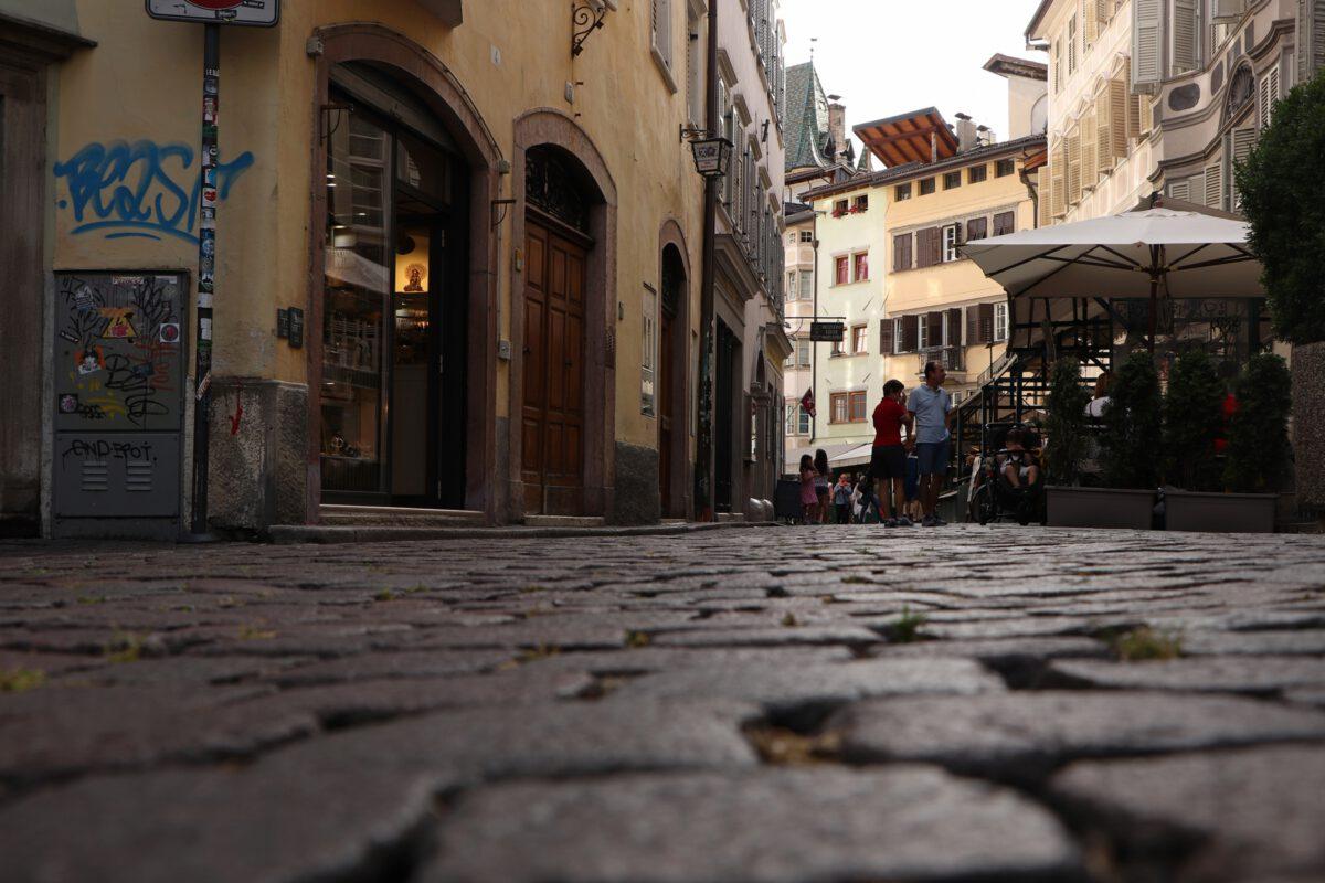 Gasse in der Altstadt von Bozen in Südtirol