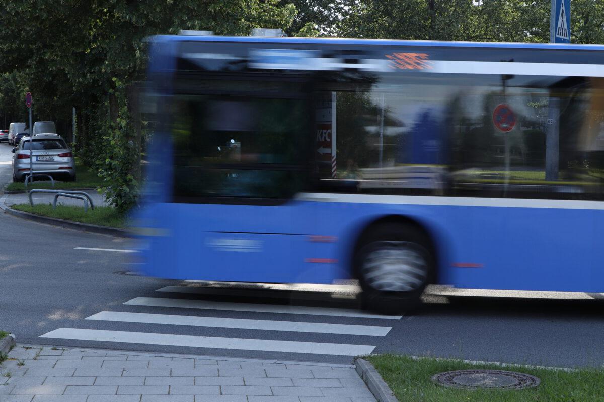 Bus Langzeitbelichtung in der Riesstraße in München