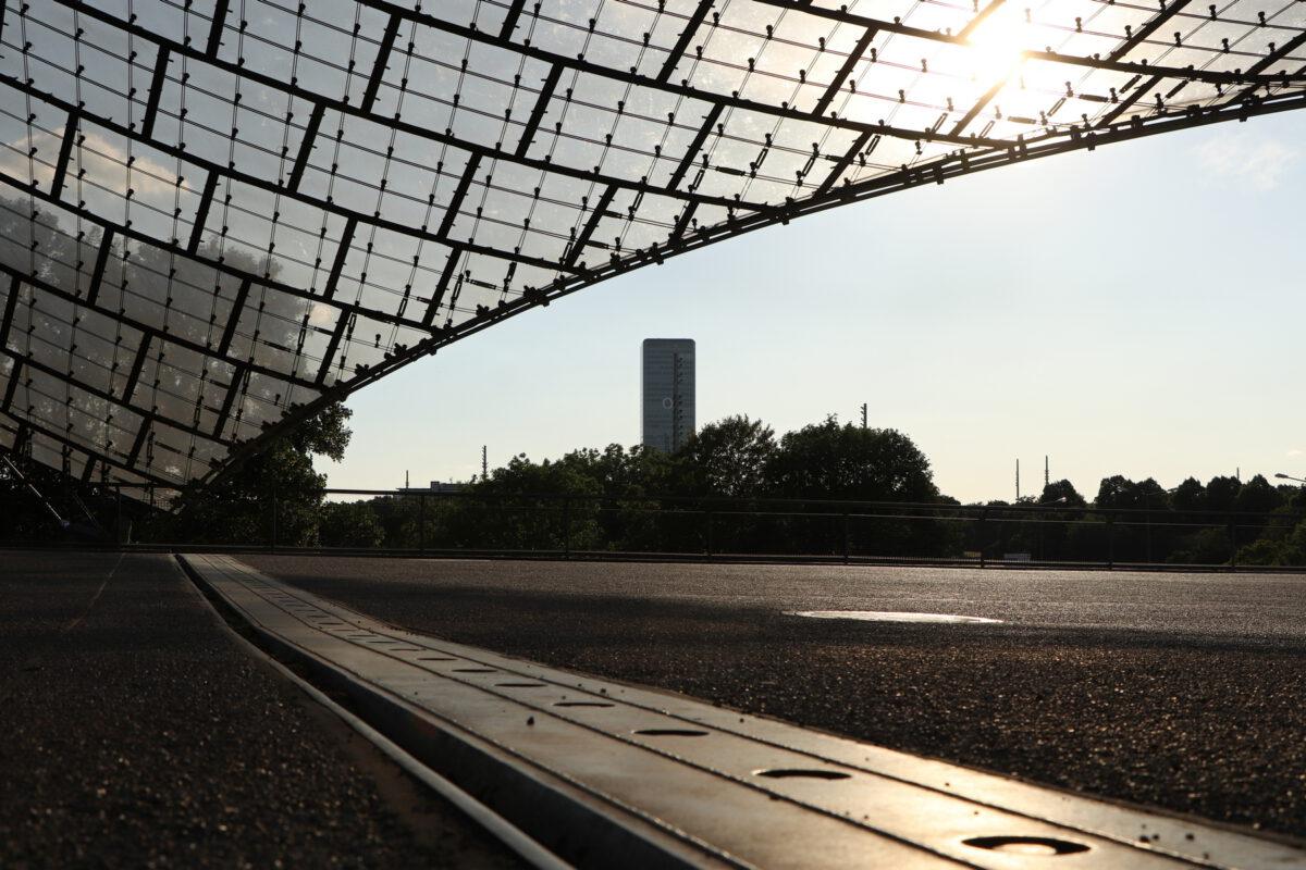 Blick vom Olympiastadion auf den O2-Tower in München
