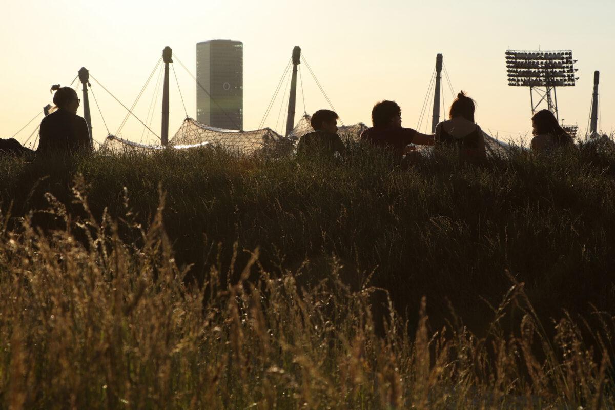 Blick vom Olympiapark auf das Olympiastadion und den O2-Tower in München