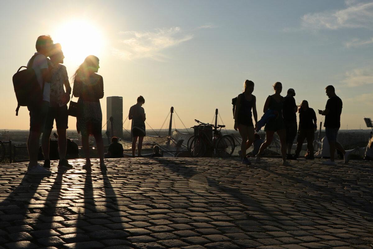 Abendstimmung auf dem Olympiaberg mit Blick auf den O2-Tower und das Olympiastadion in München