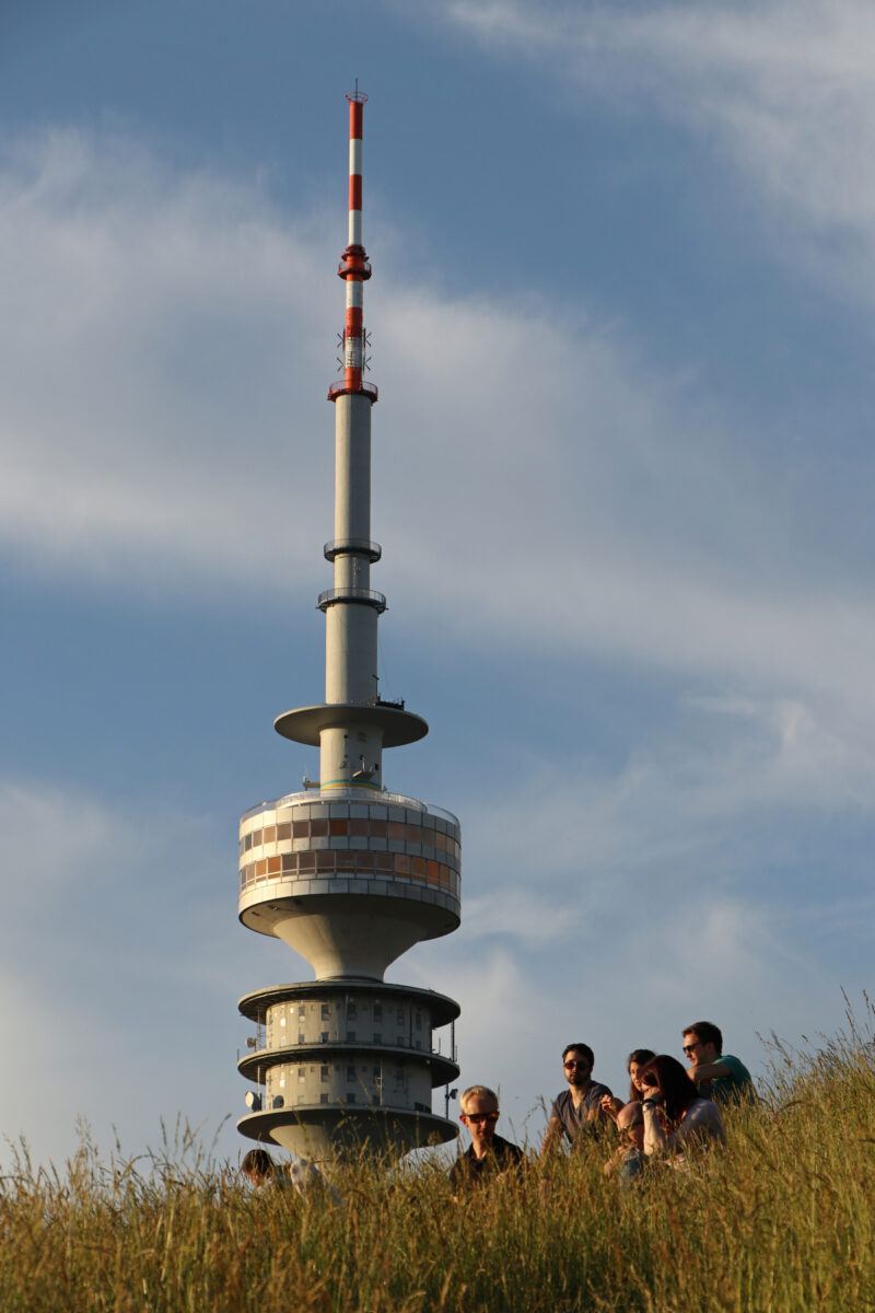 Blick vom Olympiaberg auf den Olympiaturm in München