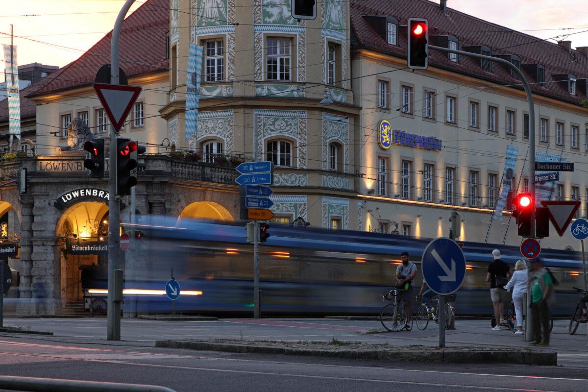 Langzeitbelichtung Trambahn zum Sonnenuntergang am Stiglmaierplatz in München
