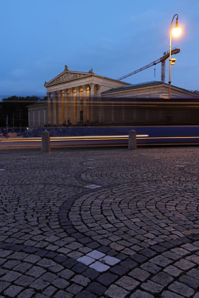 Langzeitbelichtung am Königsplatz in München zur Blauen Stunde