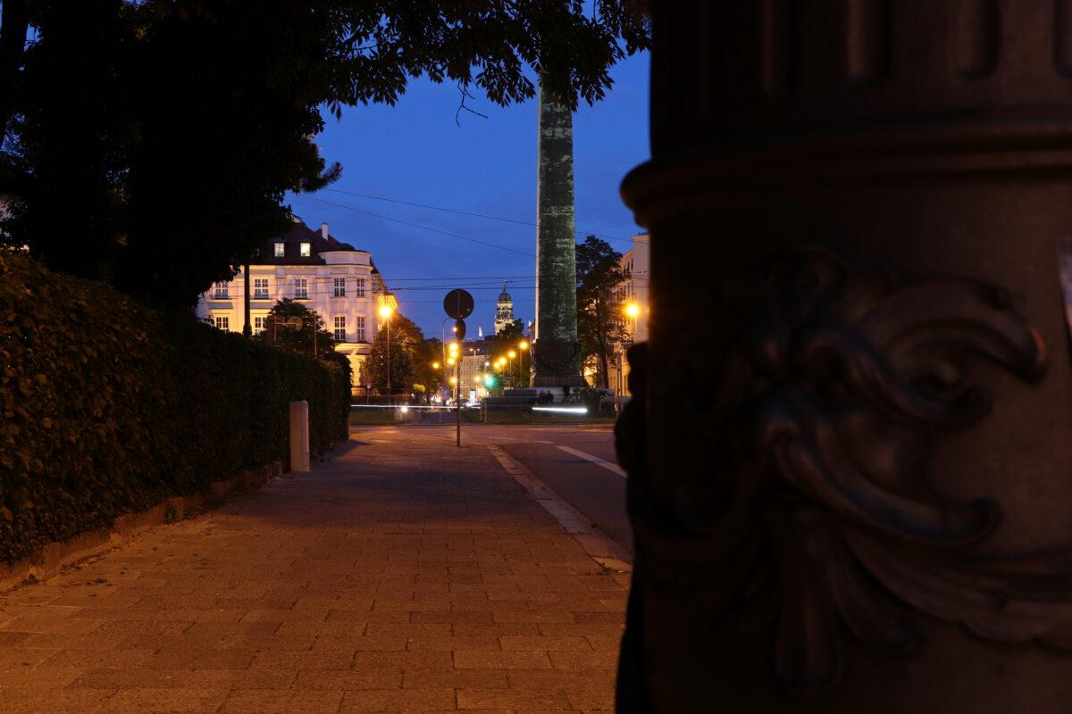 Blick auf den Karolinenplatz in München zur Blauen Stunde