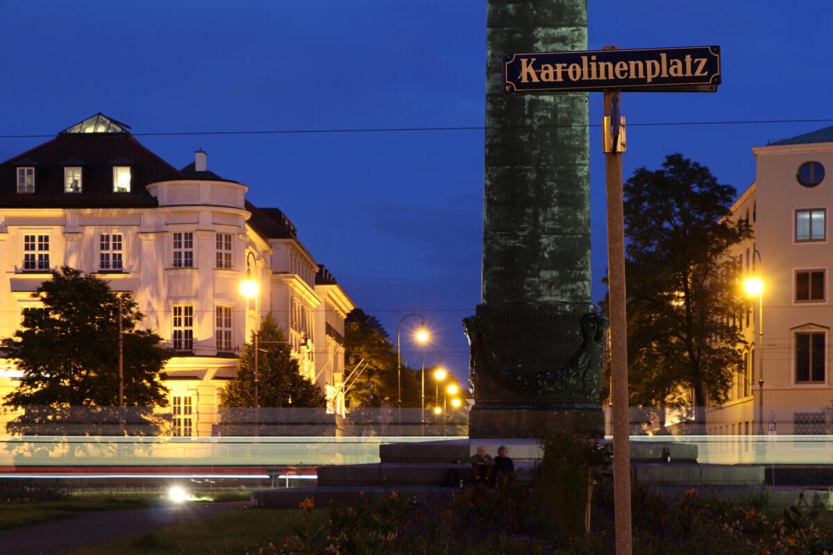 Der Karolinenplatz in München zur Blauen Stunde Langzeitbelichtung
