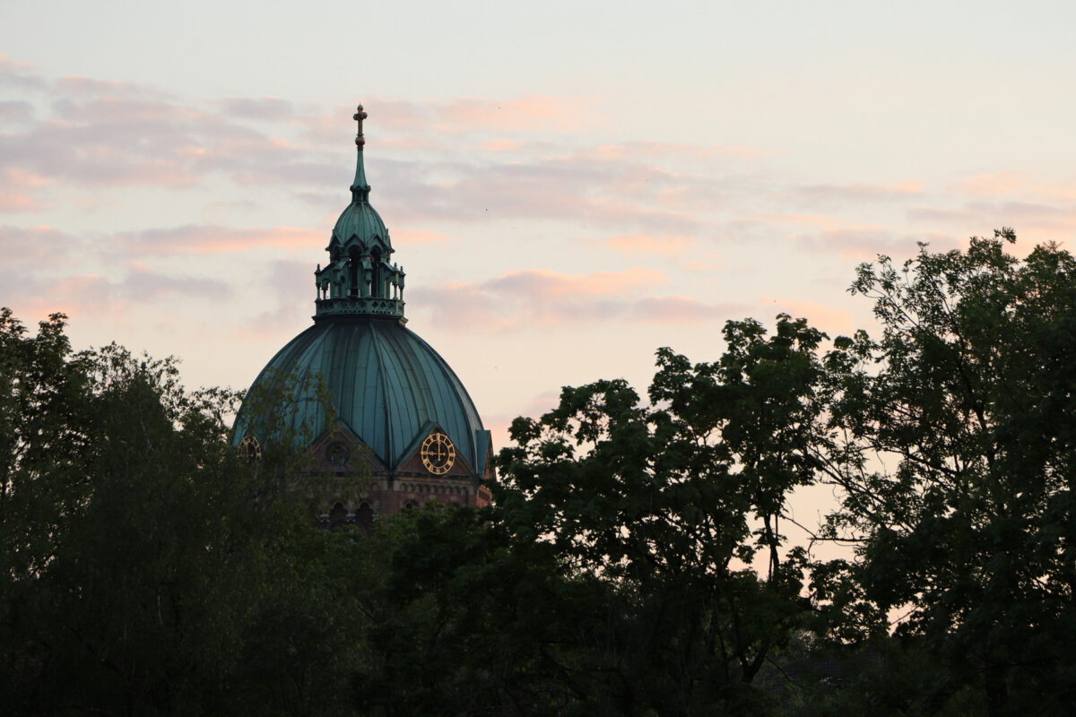Blick auf St. Lukas im Sonnenuntergang in München