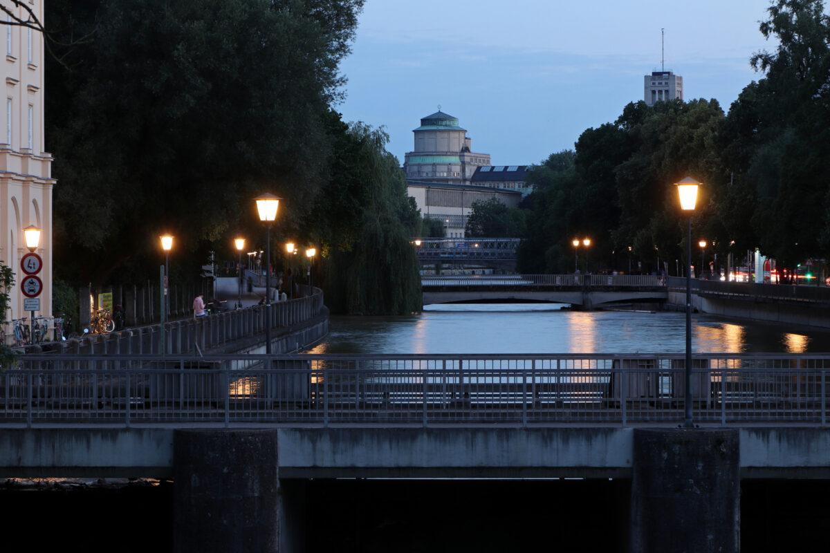 Blick auf die Praterinsel und das Deutsche Museum an der Isar in München zur Blauen Stunde