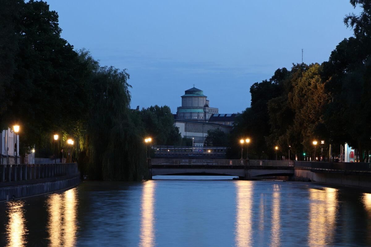 Blick von der Praterinsel über die Isar auf das Deutsche Museum in München zur Blauen Stunde