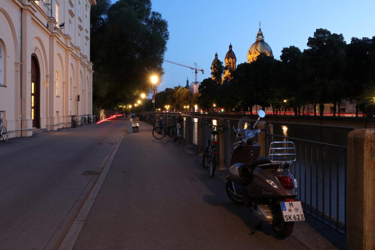 Blick von der Praterinsel auf St. Lukas in München zur Blauen Stunde
