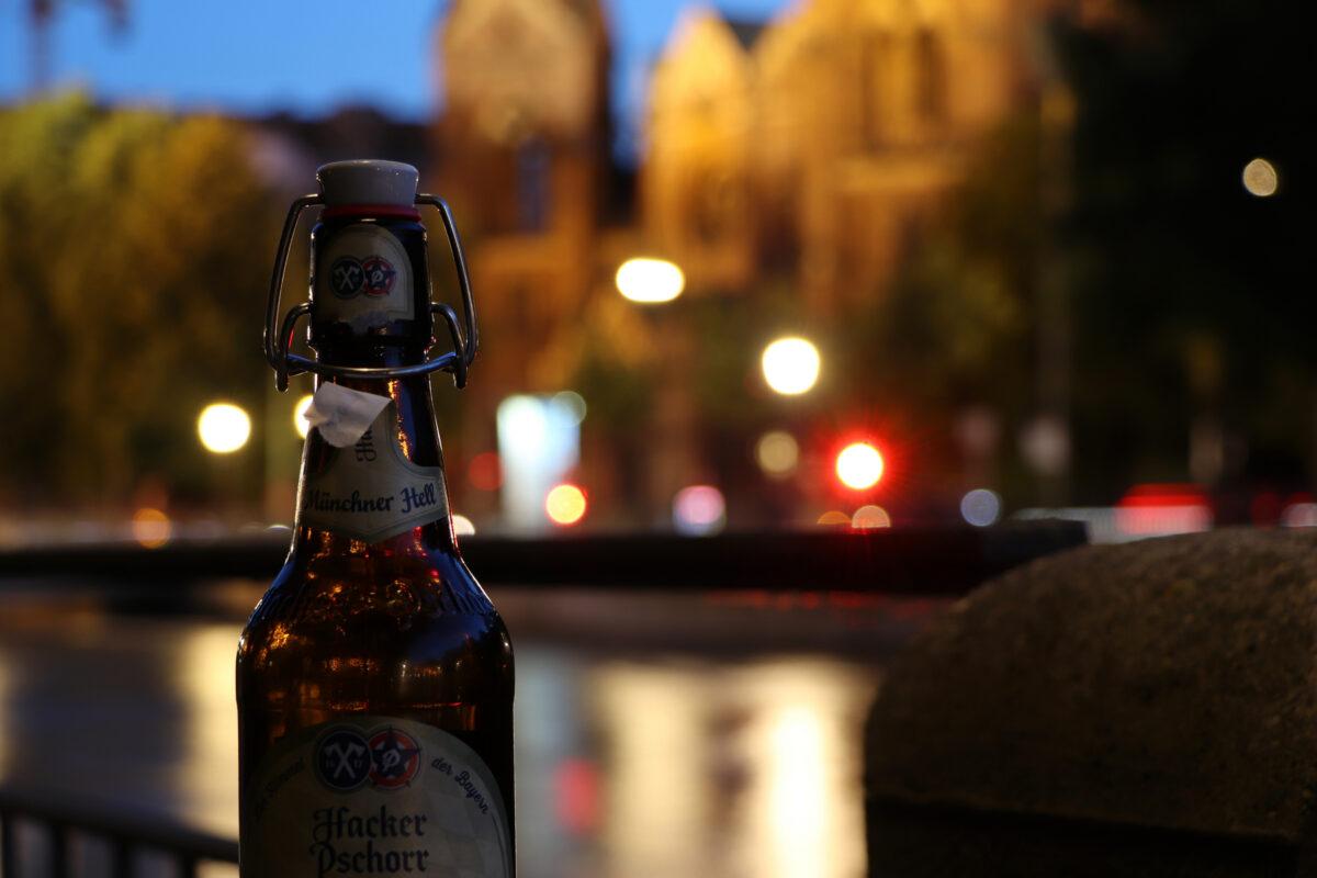 Bierflasche vor St. Lukas an der Isar in München zur Blauen Stunde