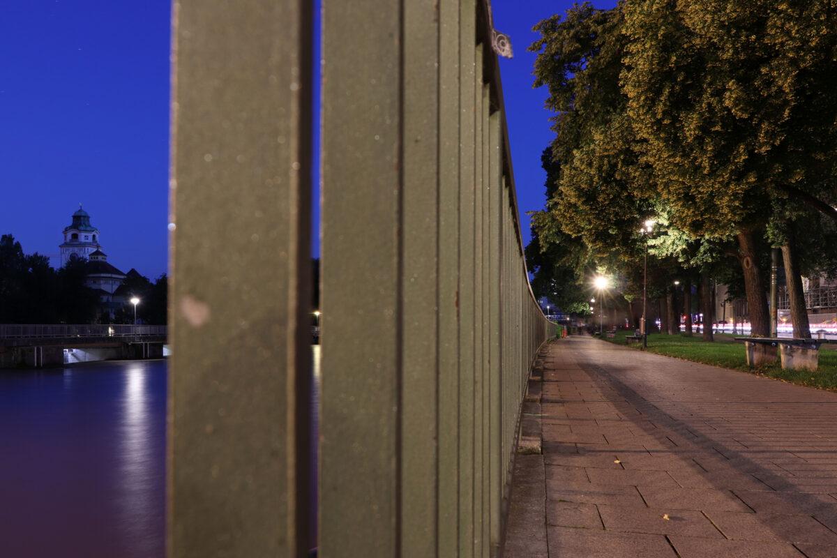 Blick entlang der Isar auf das Müllersche Volksbad zur Blauen Stunde