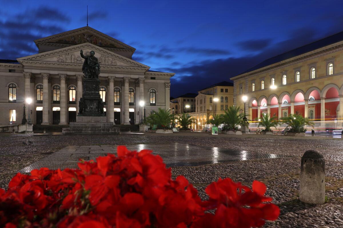 Der Max-Joseph-Platz in München am Morgen zur Blauen Stunde