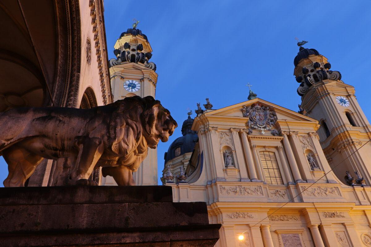 Der Odeonsplatz in München am Morgen zur Blauen Stunde