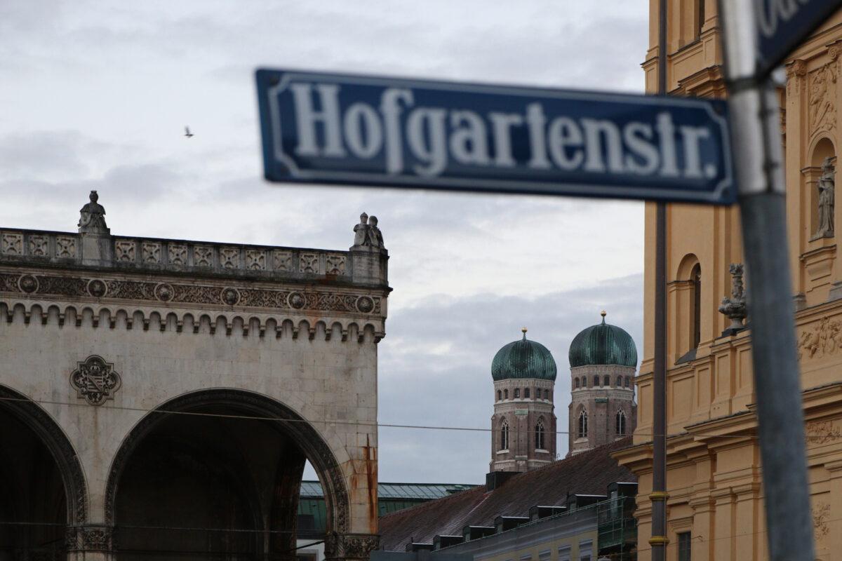 Blick vom Odeonsplatz auf die Frauenkirche in München