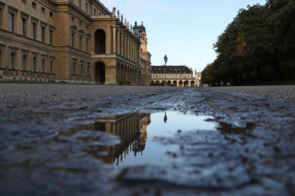 Pfützenspiegelung mit Residenz und Theatinerkirche im Hofgarten in München