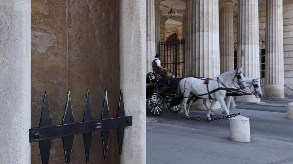 Fiaker vor dem Burgtor in Wien
