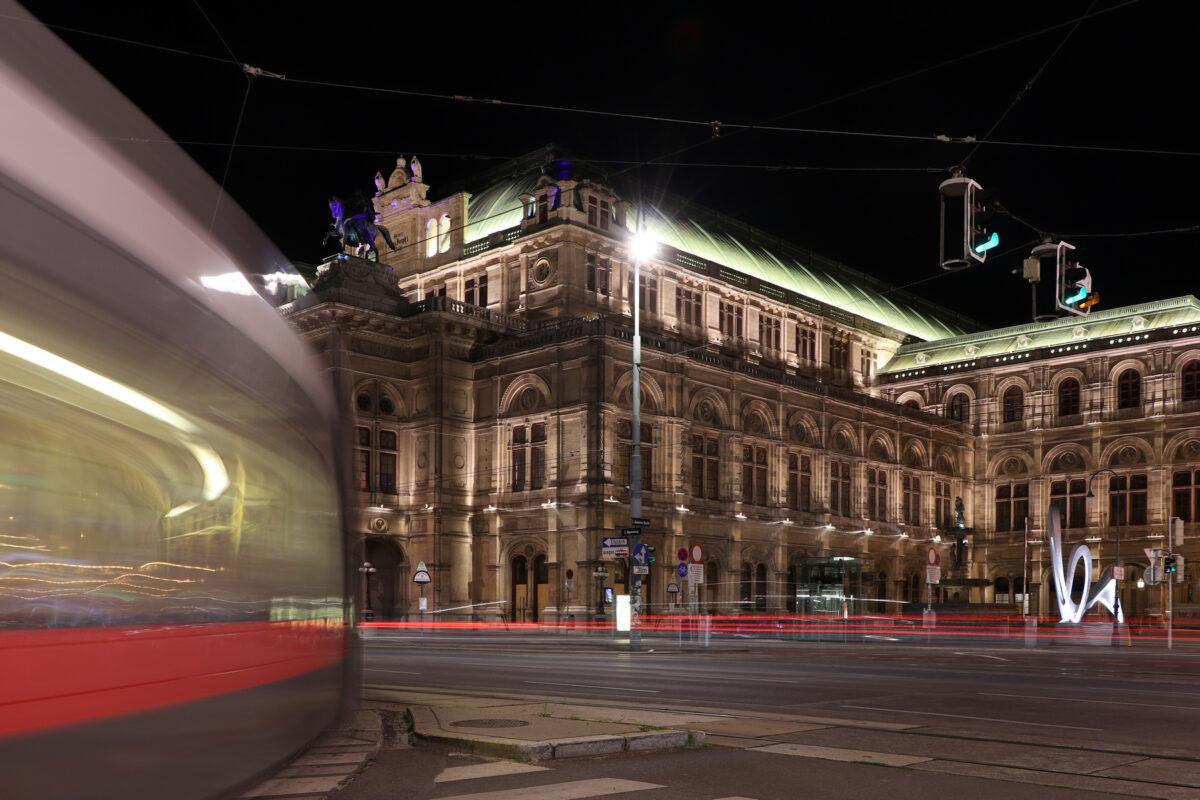 Die Wiener Staatsoper am Abend mit Tram Langzeitbelichtung