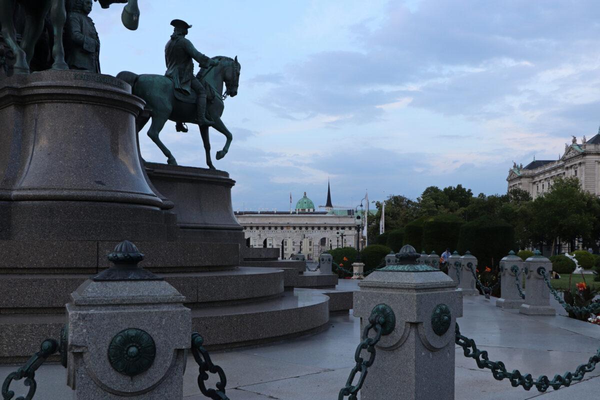 Wien Blick vom Maria-Theresien-Denkmal in Richtung Ringstraße, Burgtor und Hofburg am Abend