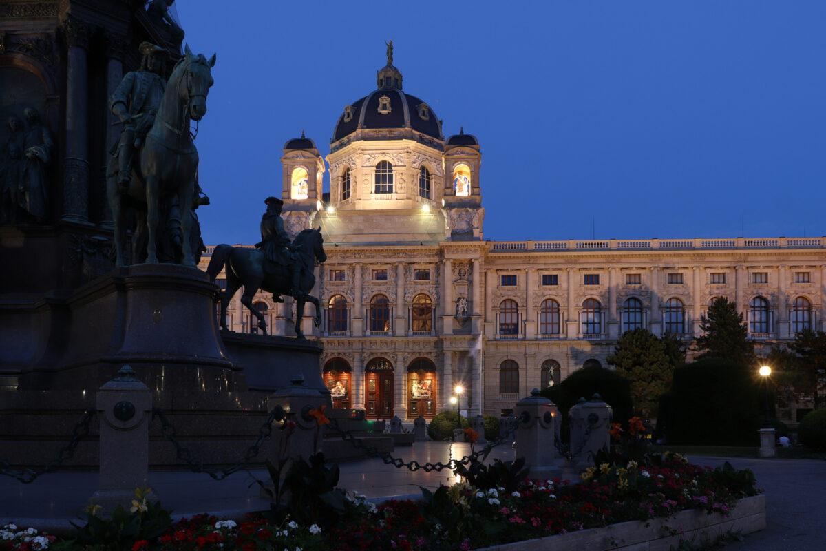 Das Maria-Theresien-Denkmal und das Kunsthistorische Museum in Wien zur Blauen Stunde