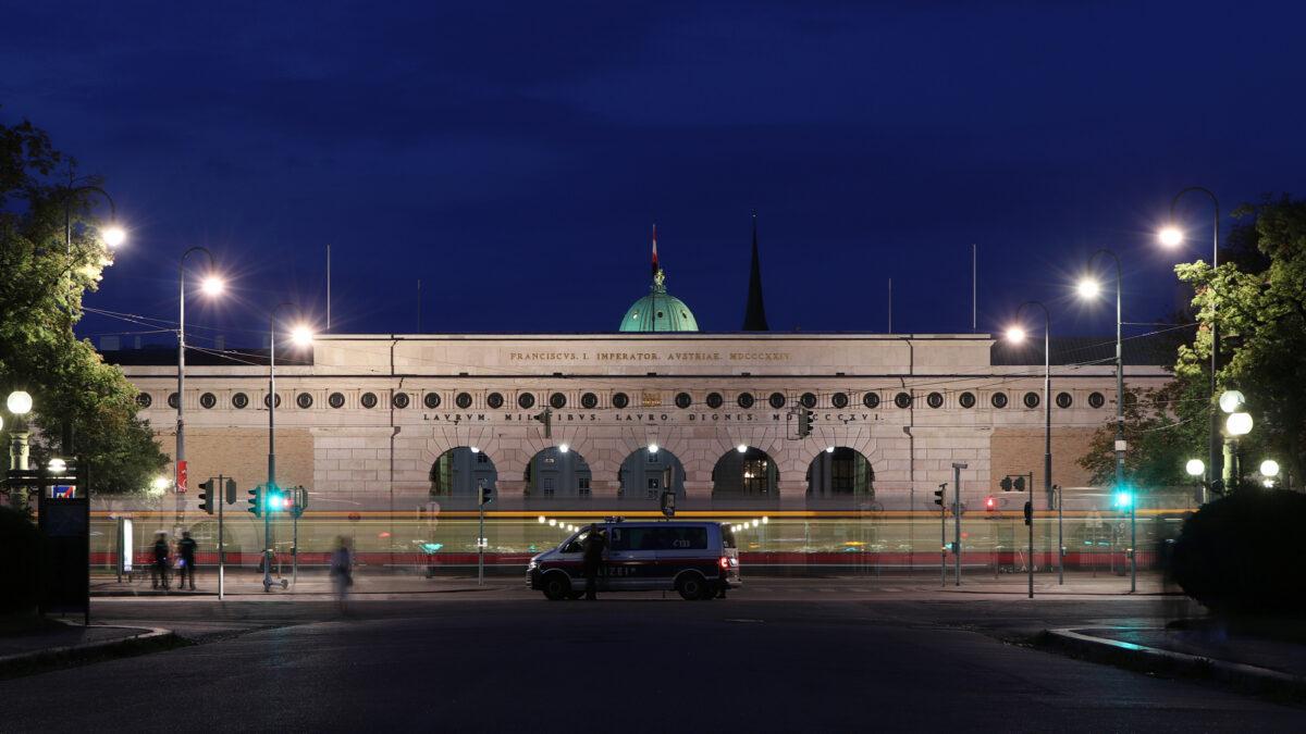 Wien Blick vom Maria-Theresien-Platz auf die Ringstraße und das Burgtor zur Blauen Stunde