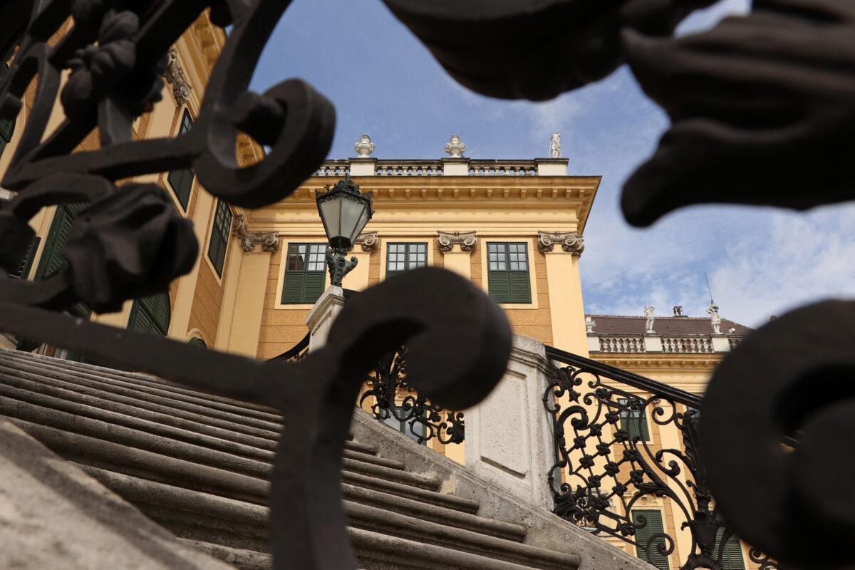 Freitreppe vor dem Schloss Schönbrunn in Wien
