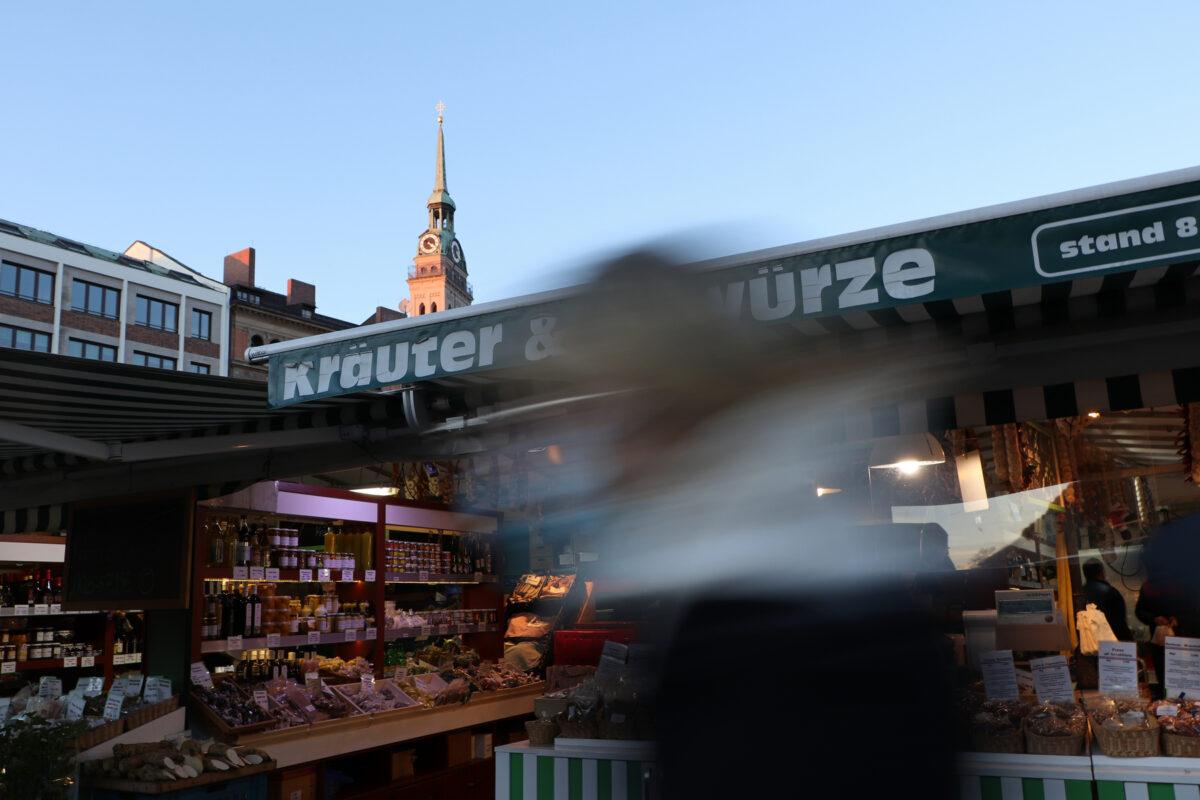 Der Viktualienmarkt und der alte Peter in München im Abendlicht