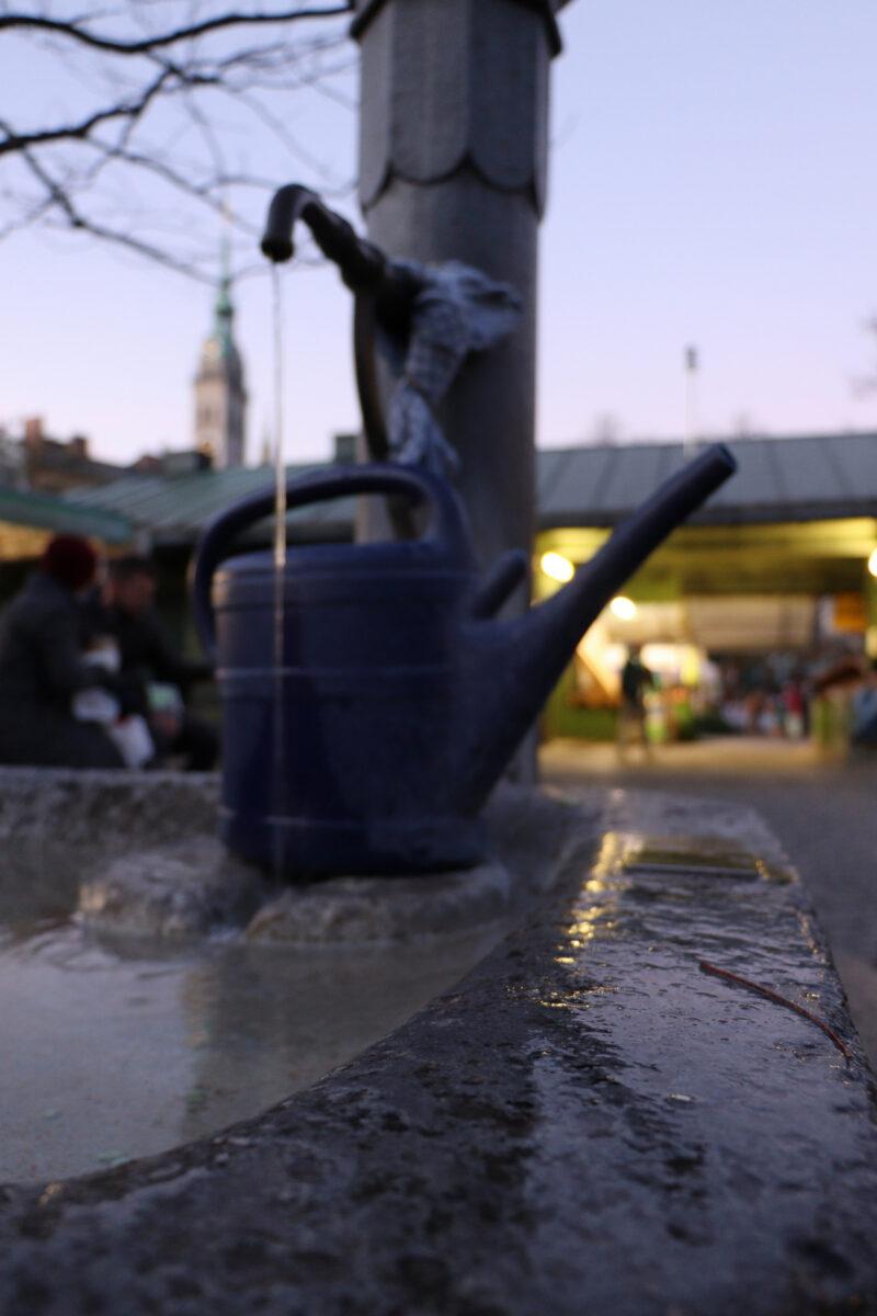 Der Kartoffelbrunnen auf dem Viktualienmarkt in München am Abend
