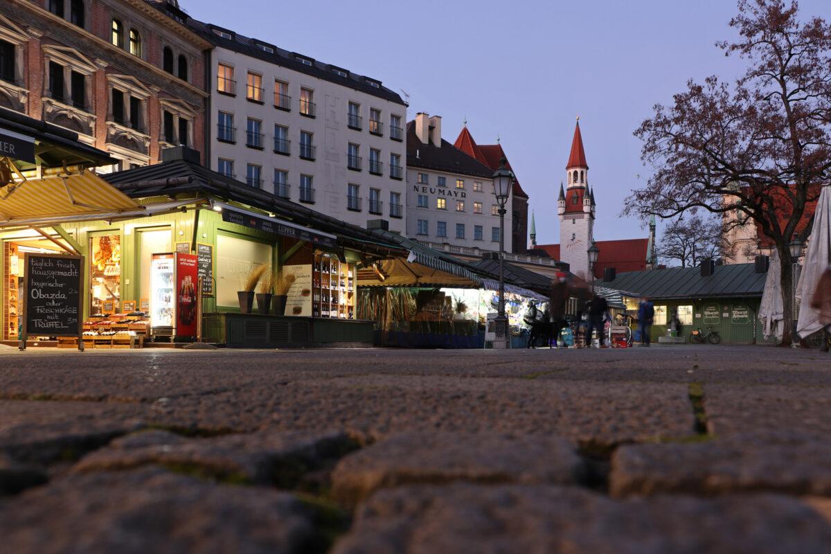 Der Viktualienmarkt in München am Abend