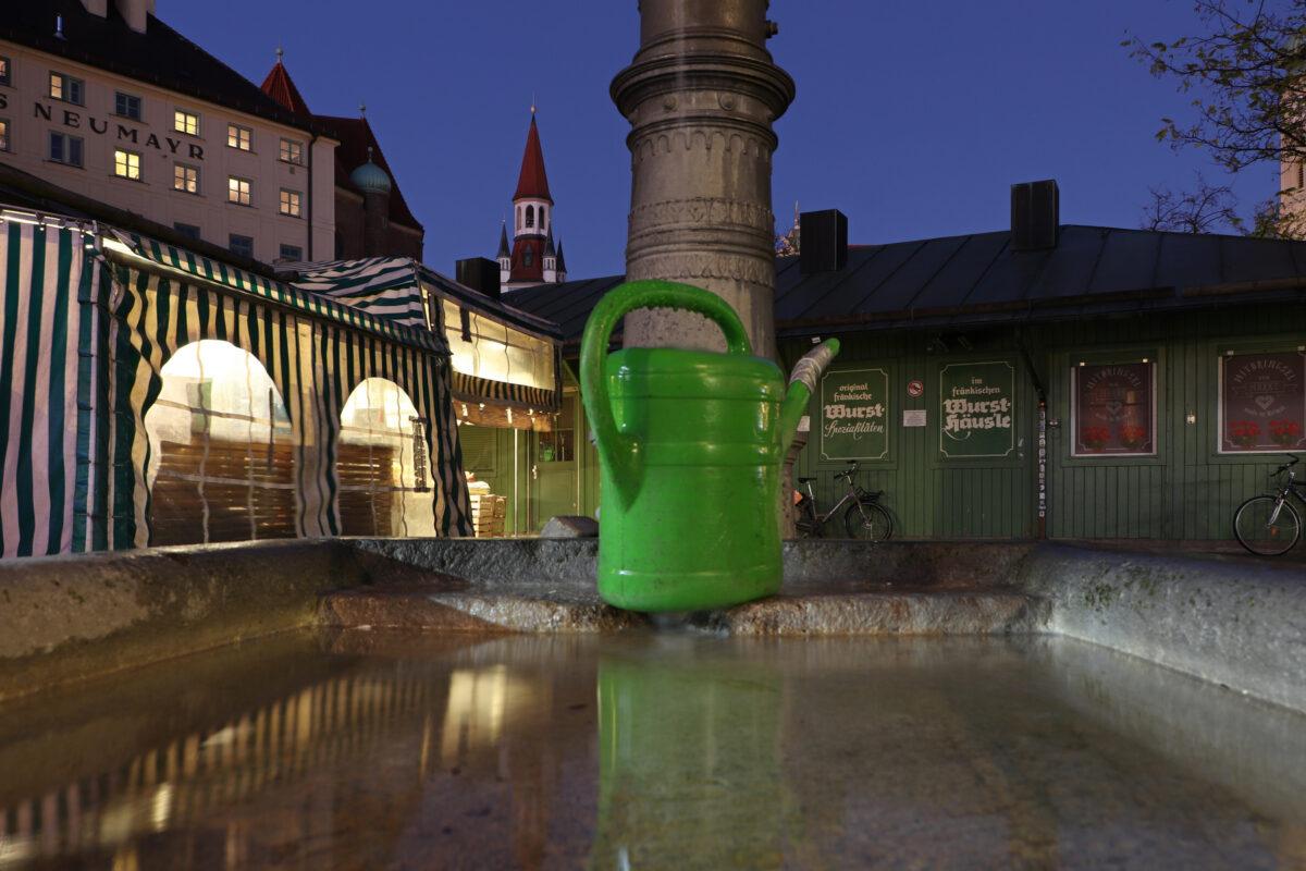 Brunnen auf dem Viktualienmarkt in München zur Blauen Stunde