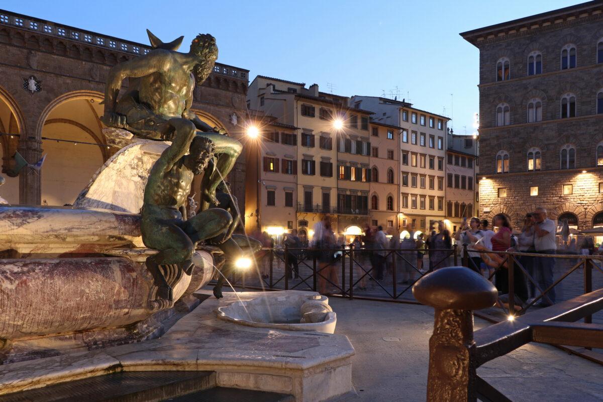 Der Neptunbrunnen zur Blauen Stunde in Florenz in der Toskana Italien