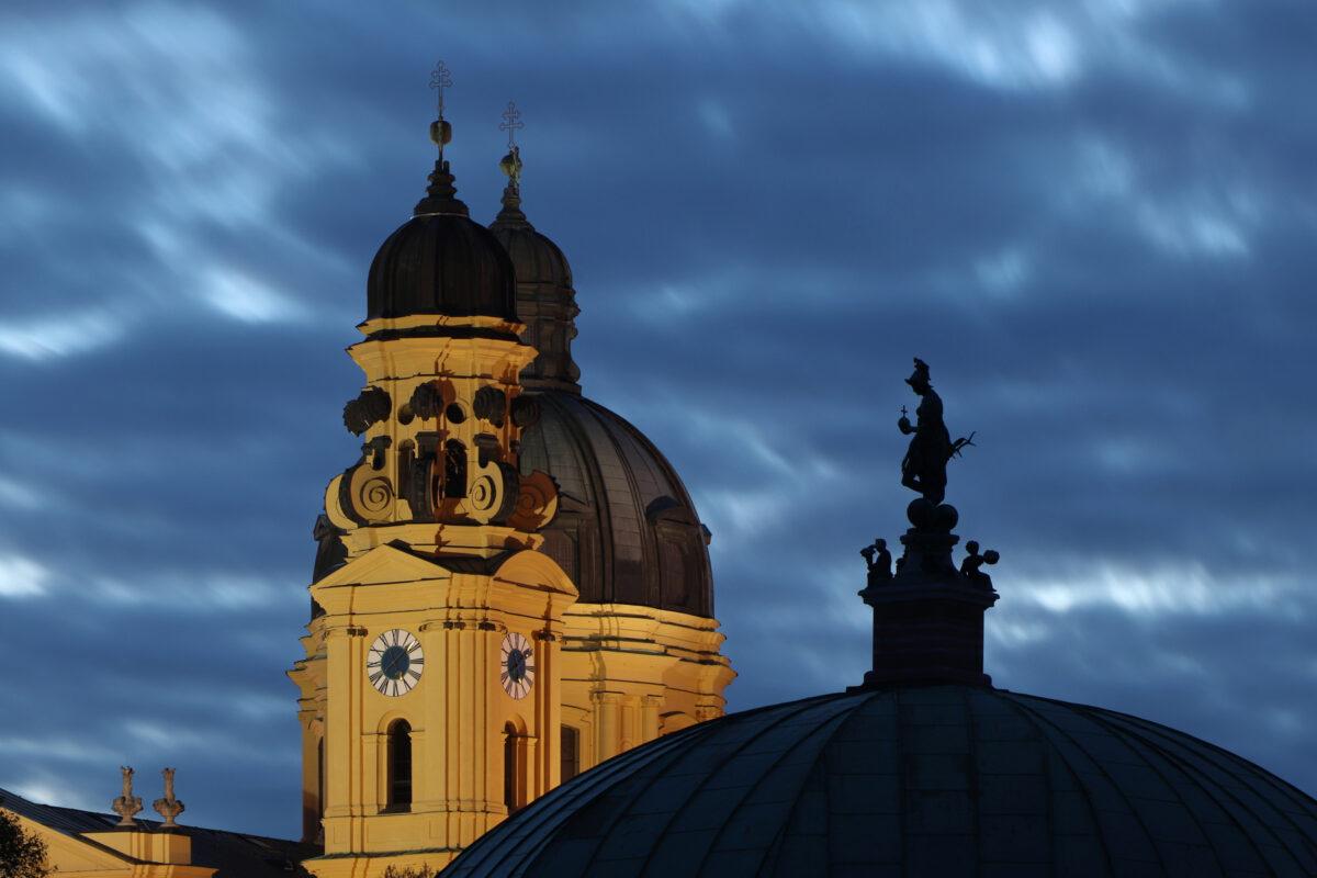 Die Theatinerkirche und der Dianatempel in München zur Blauen Stunde