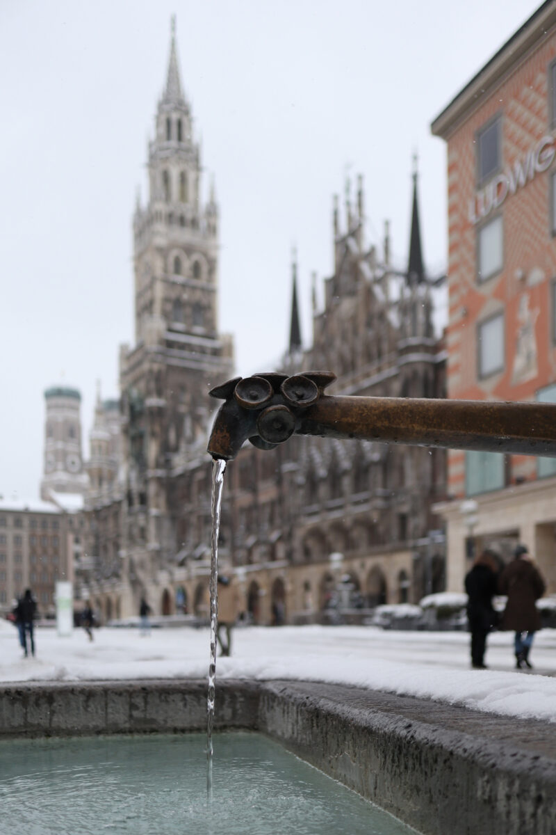 Brunnen auf dem Marienplatz in München im Schnee
