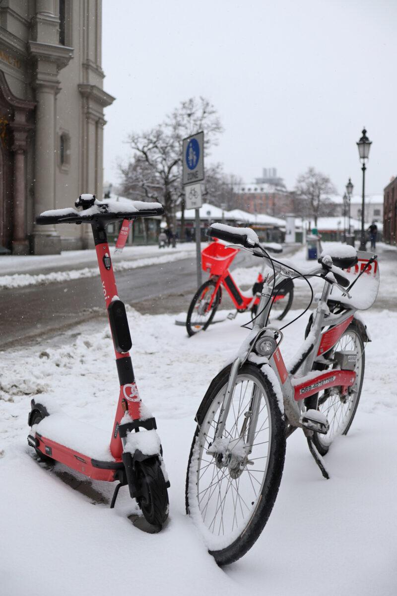 Die Heiliggeistkirche und der Viktualienmarkt in München im Schnee
