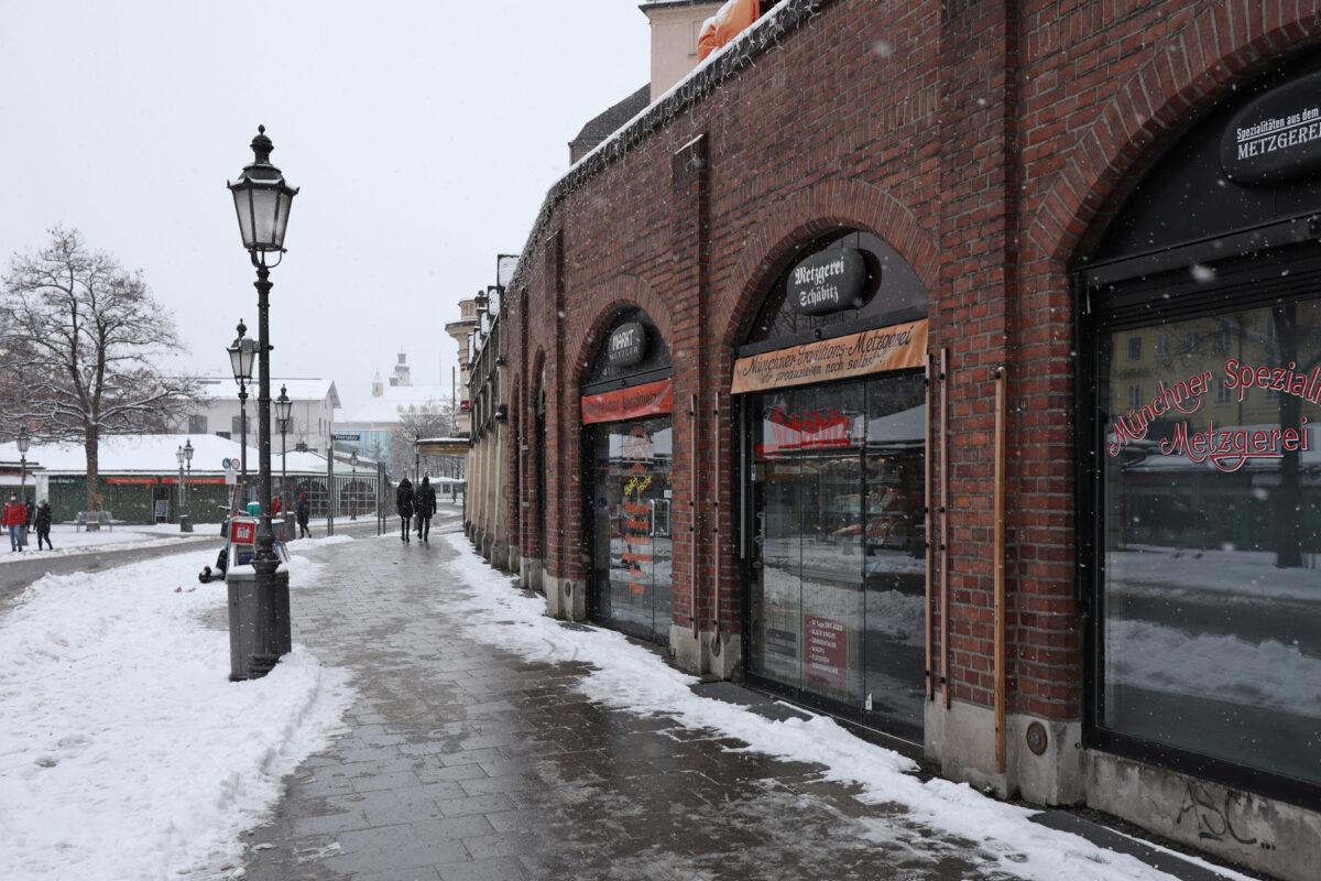 Die Metzgerzeile am Viktualienmarkt in München im Schnee