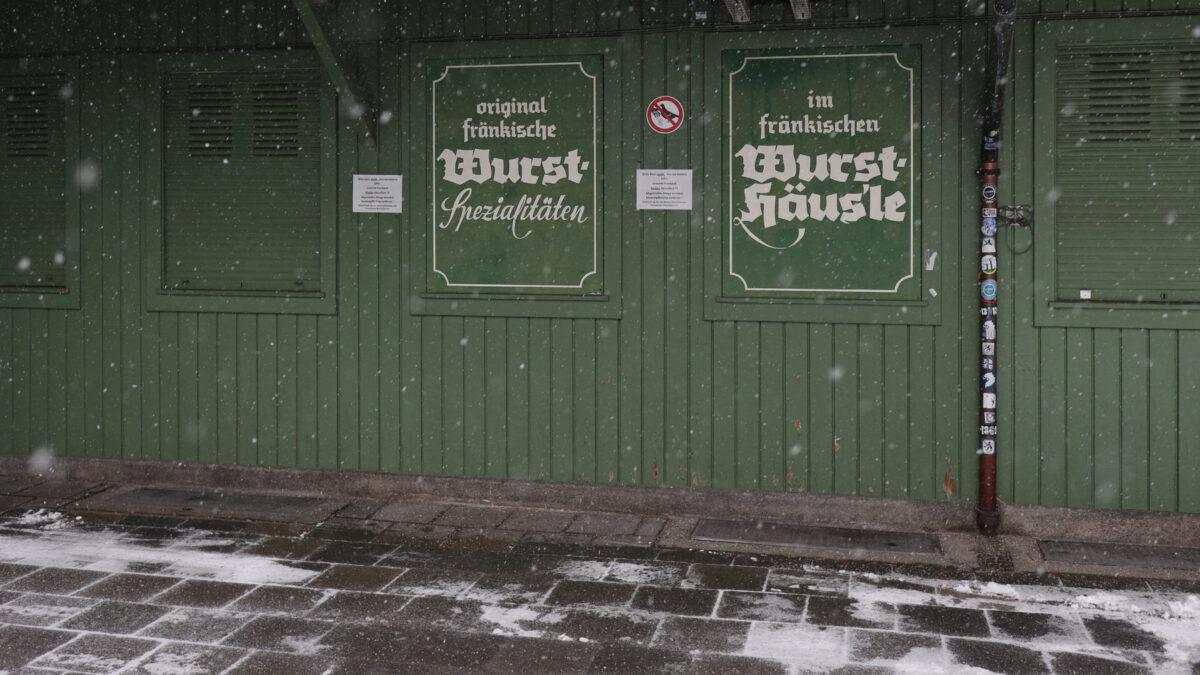 Der Viktualienmarkt in München im Schnee