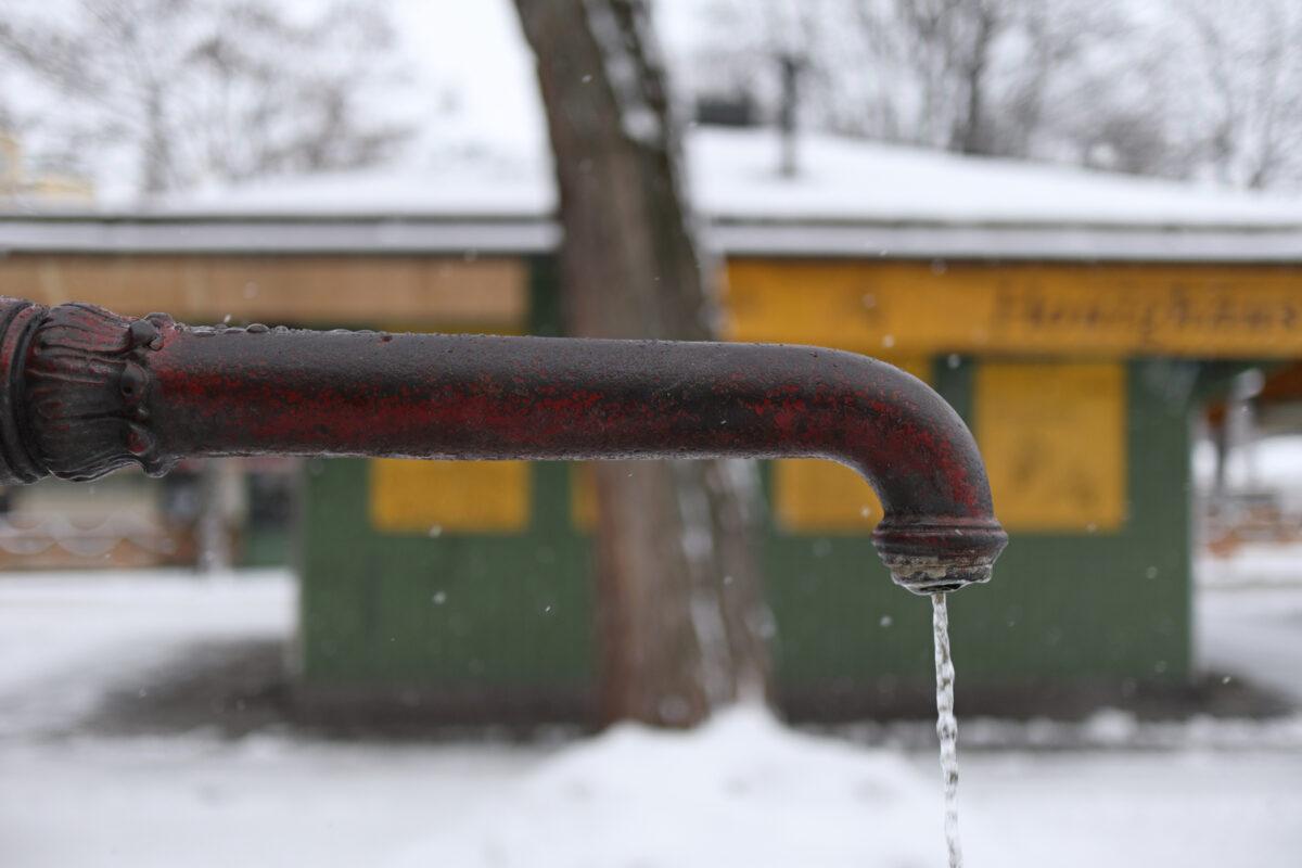 Brunnen auf dem Viktualienmarkt in München im Schnee