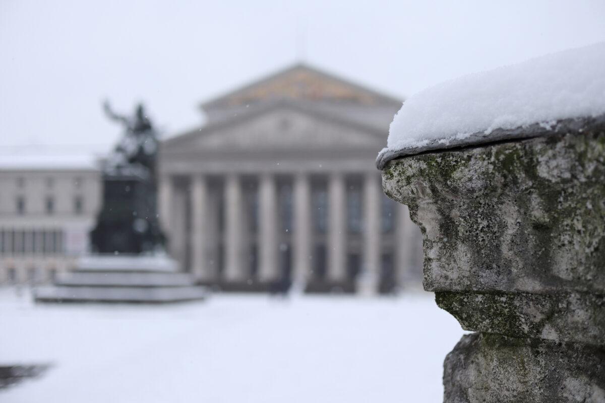 Der Max-Joseph-Platz in München im Schnee